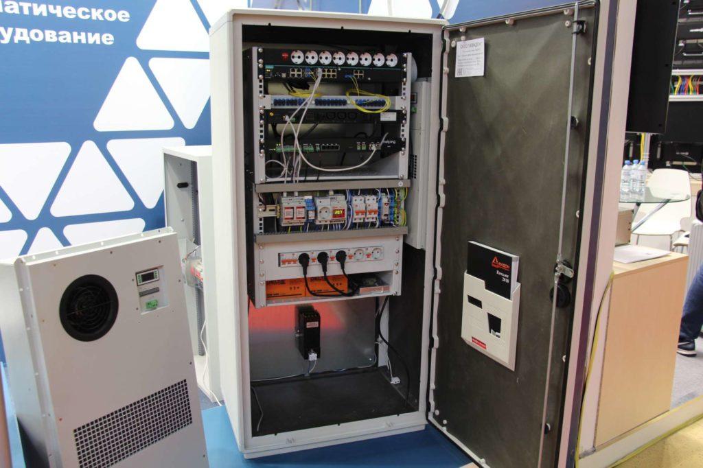Телекоммуникационный термошкаф из стекловолокна, вандалостойкий, с системой мониторинга и IP-видеонаблюдения. Рядом- кондиционер НКА